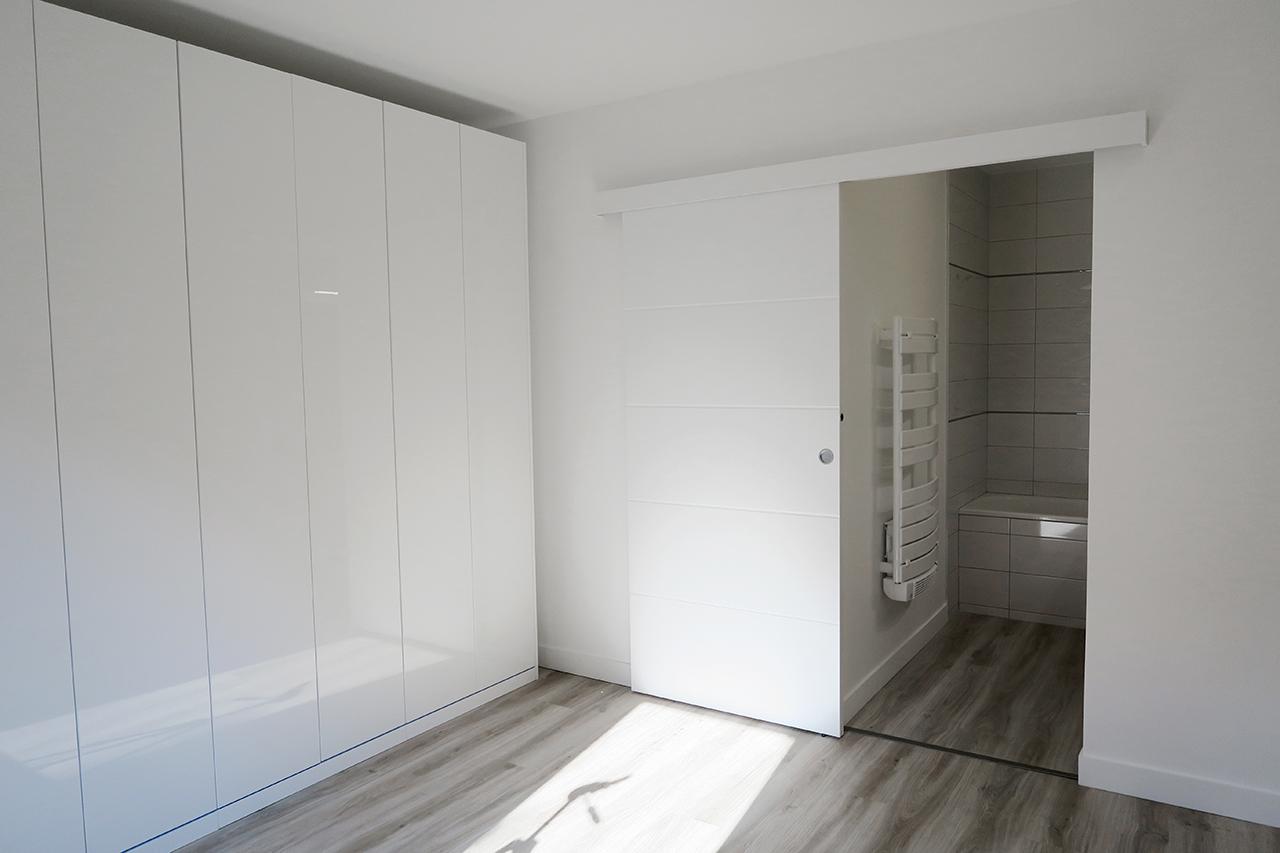 Vue chambre, dressing et entrée salle de bains rénovation appartement j