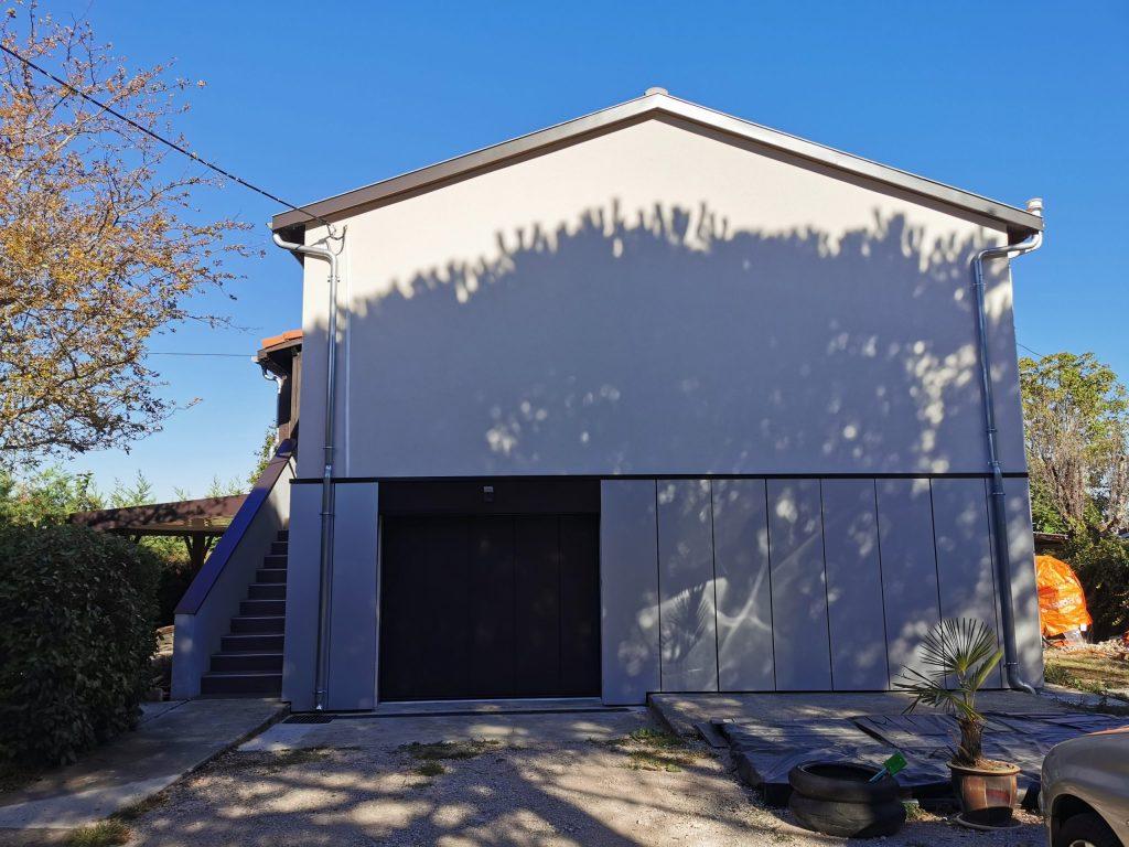 Maison R entrée et porte de garage